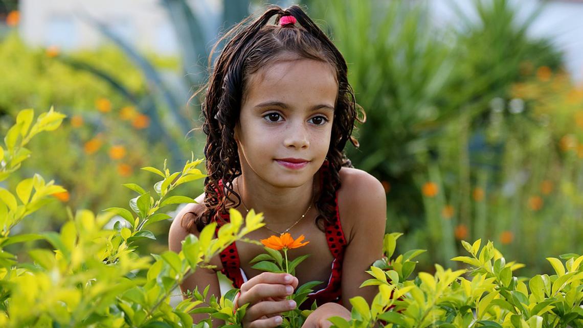 slide1-petite-fille-dans-jardin